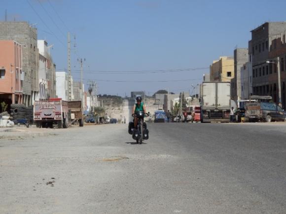 We fietsen verder richting Oualidia, het is NIET erg mooi...