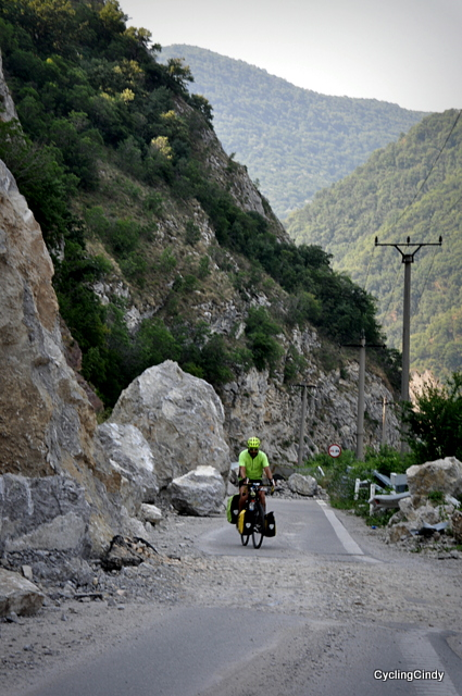 Falling rocks block the road, Romanian roadwork has no hurry to clear it