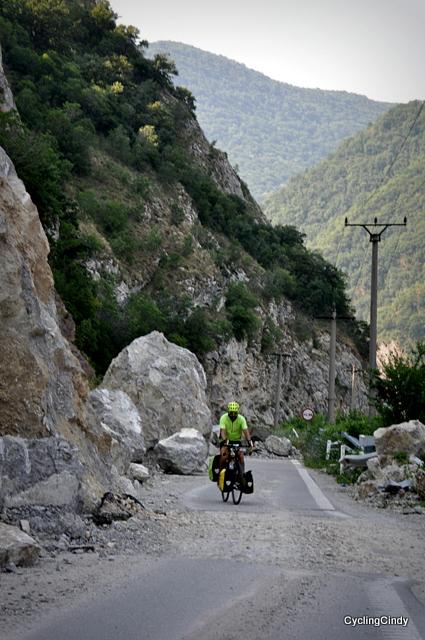 Falling rocks block the road, Romanian roadwork has no hurry to clear it